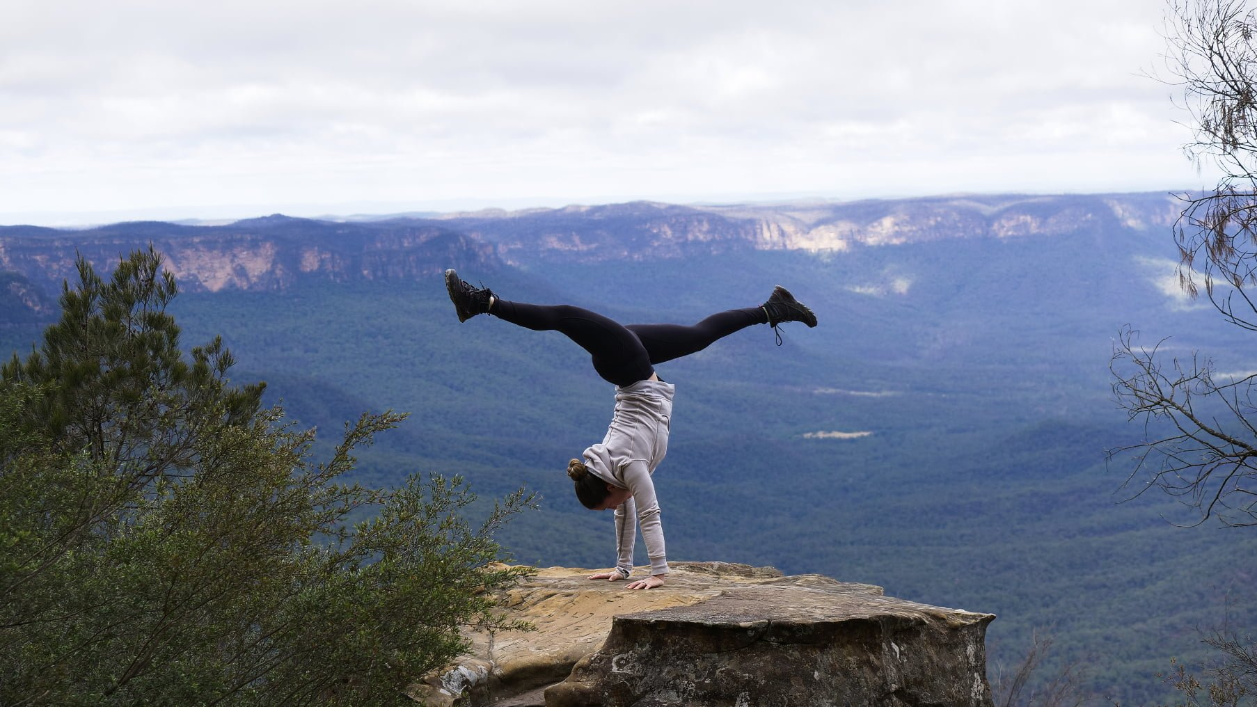 KatClaytonYoga handstand blue mountains yoga retreat 1